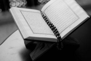 usaha perlengkapan ibadah islam bagi umat muslim 300x200 - Peluang Usaha di Bulan Ramadhan yang Menguntungkan, Coba Yuk!!